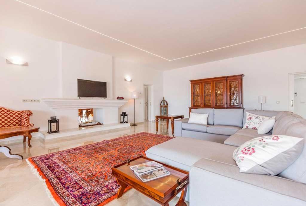 komfortowo zaaranżowany salon w luksusowej willi na sprzedaż Hiszpania (Costa del Sol Malaga, Estepona)