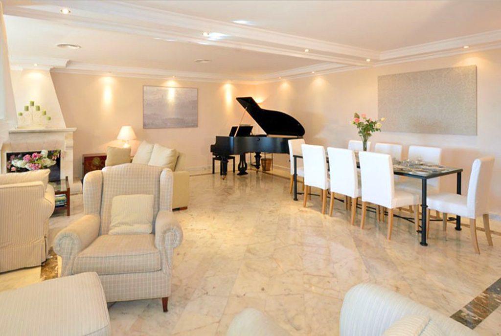 elegancki salon w luksusowej willi na sprzedaż Hiszpania (Malaga, Costa del Sol)