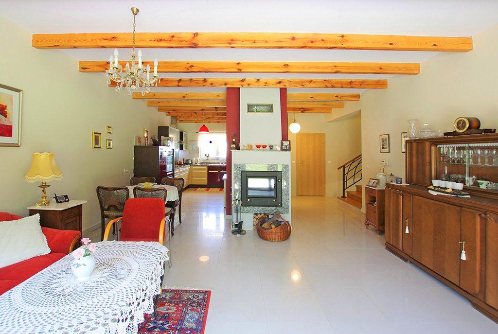 na zdjęciu wytworny salon z kominkiem w luksusowej willi na sprzedaż Rawicz (okolice)