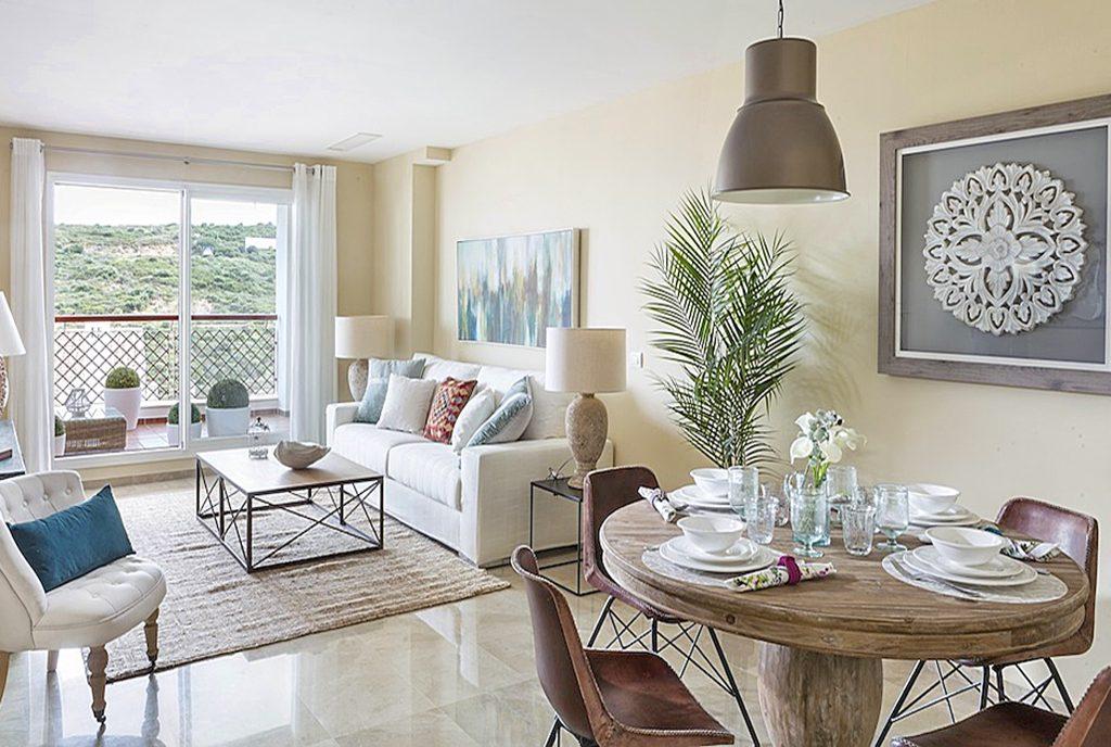 komfortowy pokój dzienny w luksusowej willi na sprzedaż Hiszpania