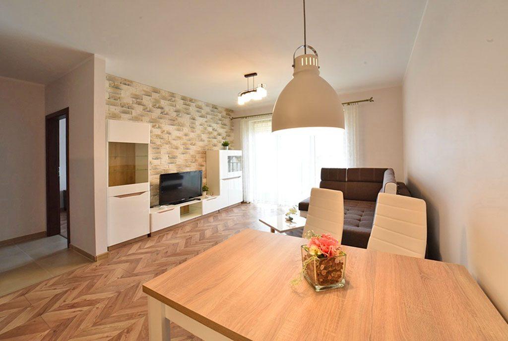 widok od strony jadalni na salon w ekskluzywnym apartamencie do wynajęcia Bolesławiec