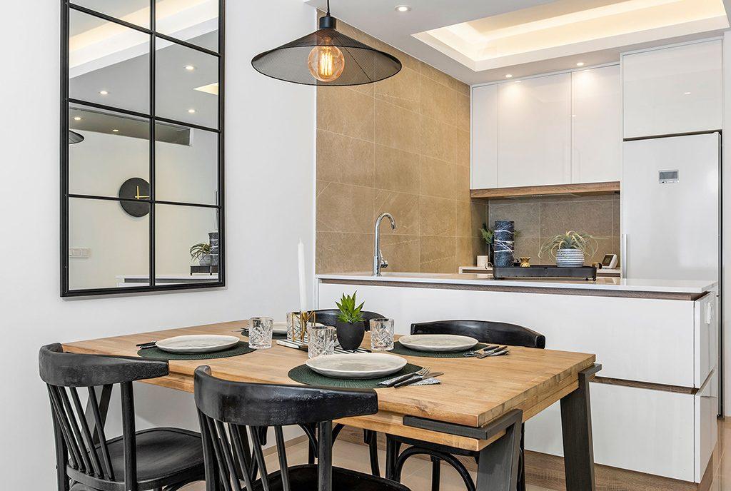 kuchnia w nowoczesnej i praktycznej zabudowie w ekskluzywnym apartamencie do sprzedaży Hiszpania