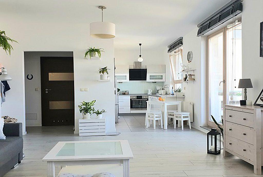 zaprojektowane w nowoczesnym designie i białym kolorze wnętrze luksusowego apartamentu na sprzedaż Szczecin
