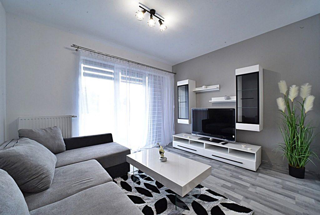 widok z innej perspektywy na wytworny salon w luksusowym apartamencie do wynajmu Bolesławiec