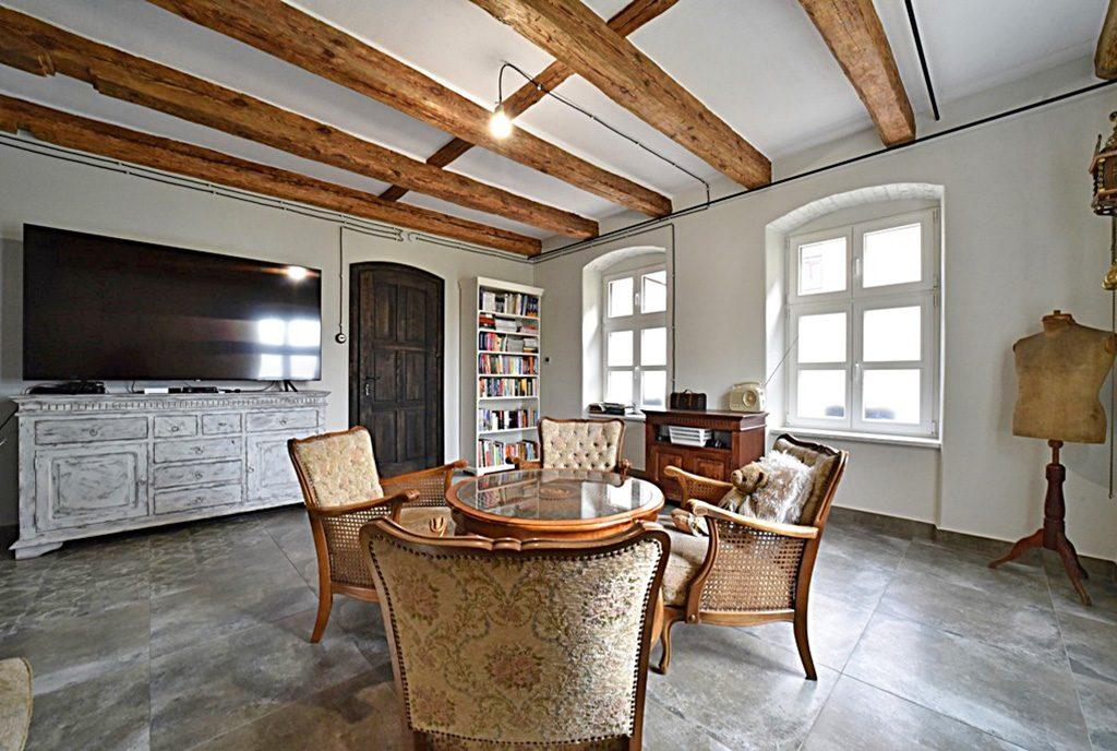stylowo urządzony salon w ekskluzywnej willi do sprzedaży Bolesławiec