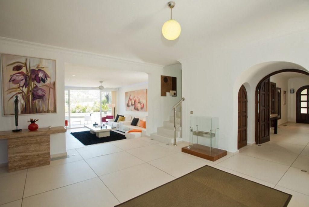 komfortowy salon w luksusowej willi na sprzedaż Hiszpania