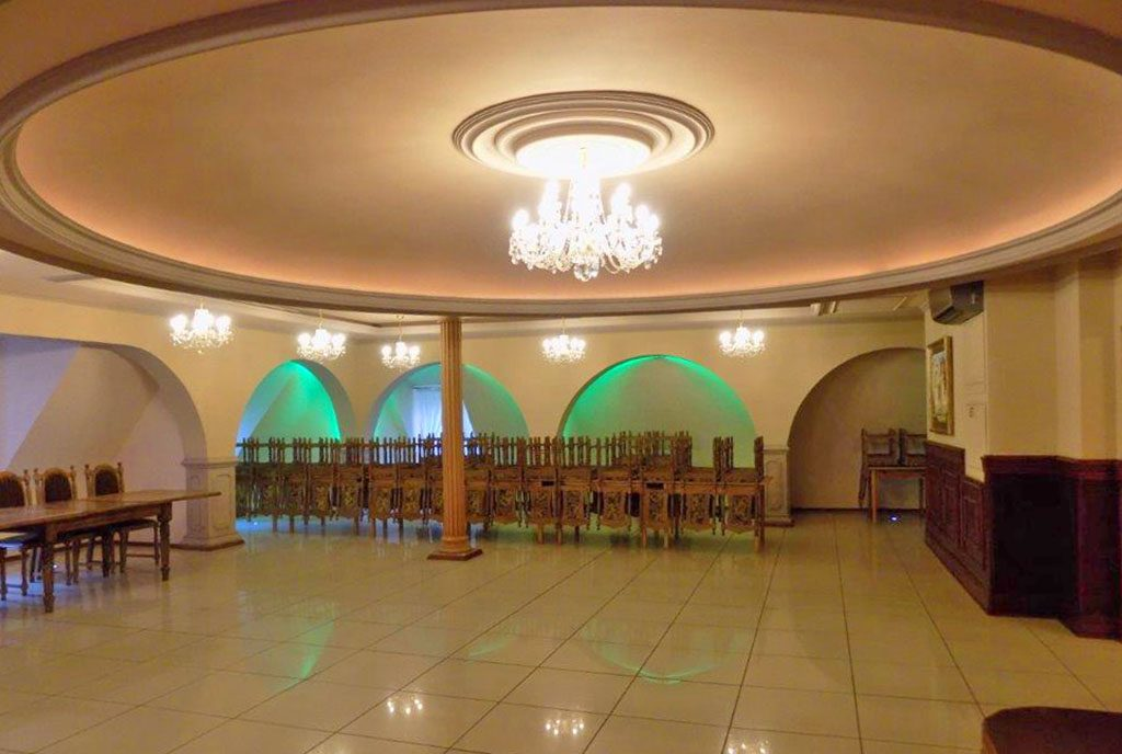 na zdjęciu ogromna sala balowa w luksusowym pałacu na sprzedaż w województwie kujawsko-pomorskim