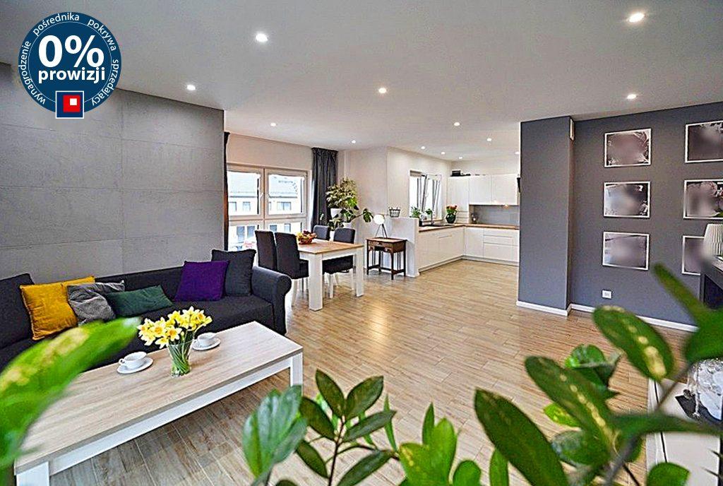 wykończony w najwyższym standardzie pokój dzienny w luksusowym apartamencie na sprzedaż Bolesławiec