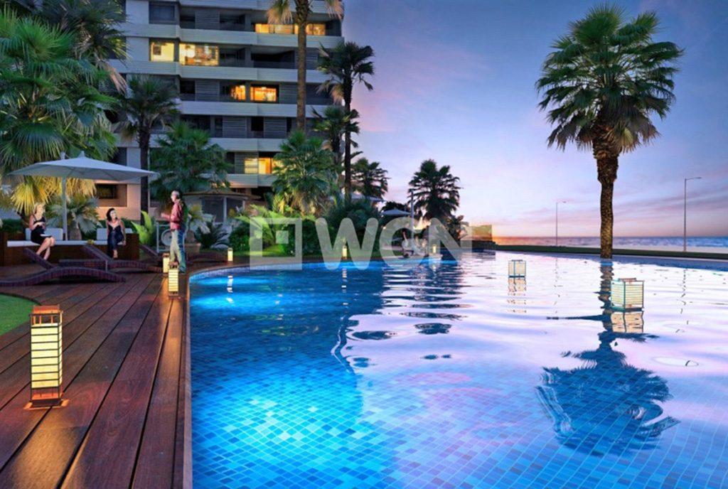 ogromny basen przy luksusowym apartamencie na sprzedaż Hiszpania