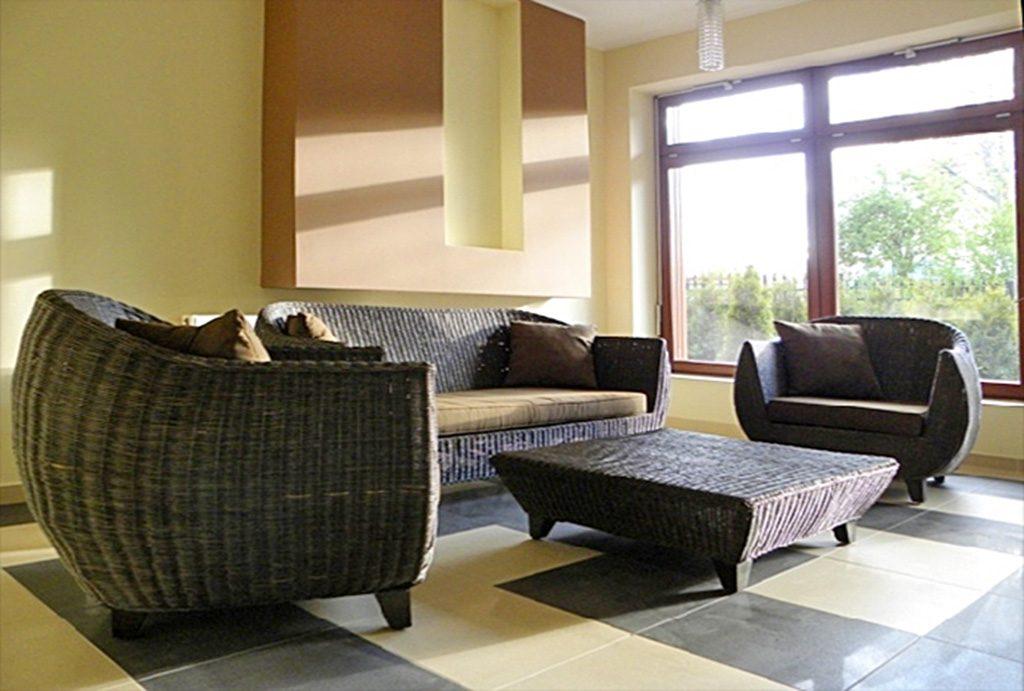 elegancki pokój dzienny w ekskluzywnym apartamencie do wynajęcia nad morzem