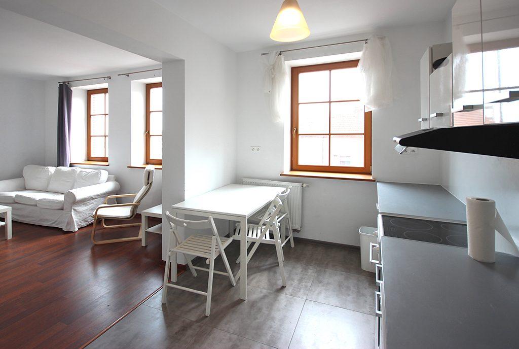 widok na jadalnię i salon w ekskluzywnym apartamencie do wynajęcia Szczecin