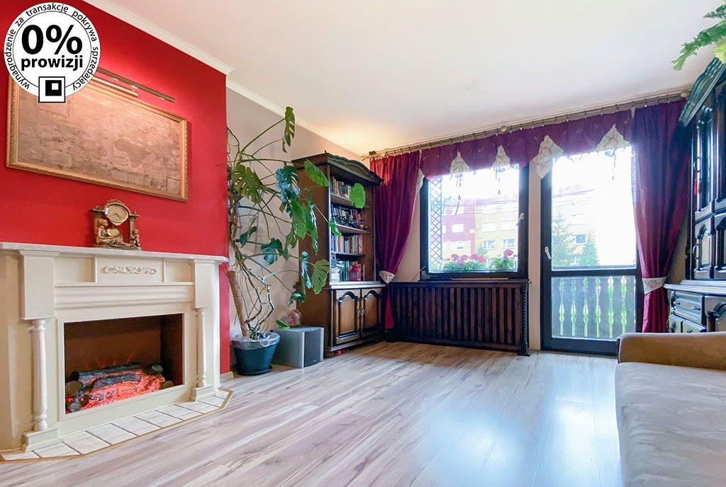 komfortowy salon z kominkiem w ekskluzywnym apartamencie do sprzedaży Katowice (okolice)
