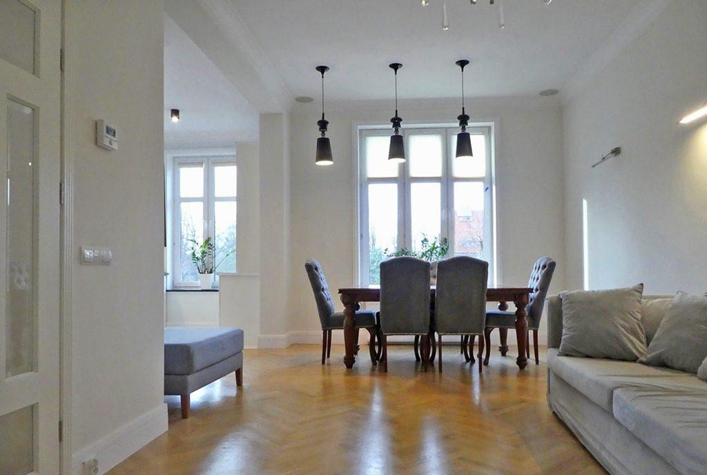 wytworne wnętrze salonu w ekskluzywnym apartamencie do sprzedaży Mazury