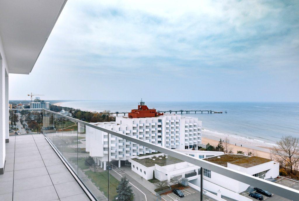 przepiękny taras przy luksusowym apartamencie na sprzedaż nad morzem