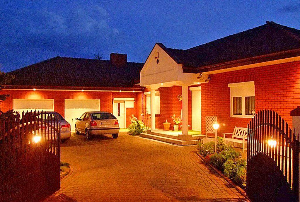 zdjęcie wykonane po zmierzchu prezentujące luksusową willę do sprzedaży Piotrków Trybunalski (okolice)