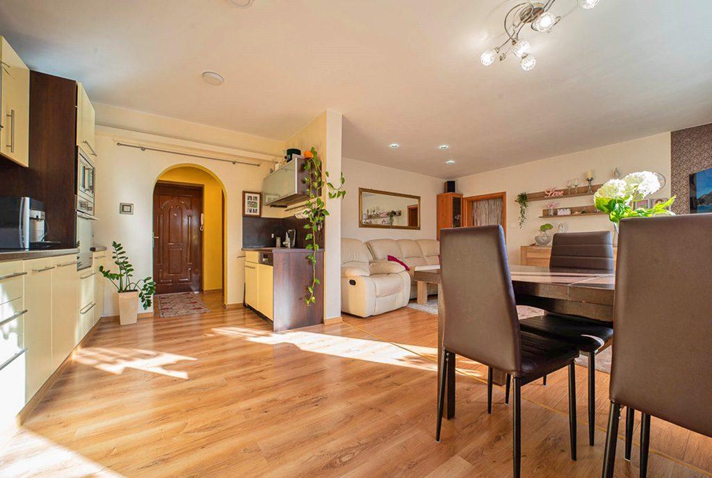 słoneczne wnętrze salonu w ekskluzywnym apartamencie do sprzedaży Bolesławiec