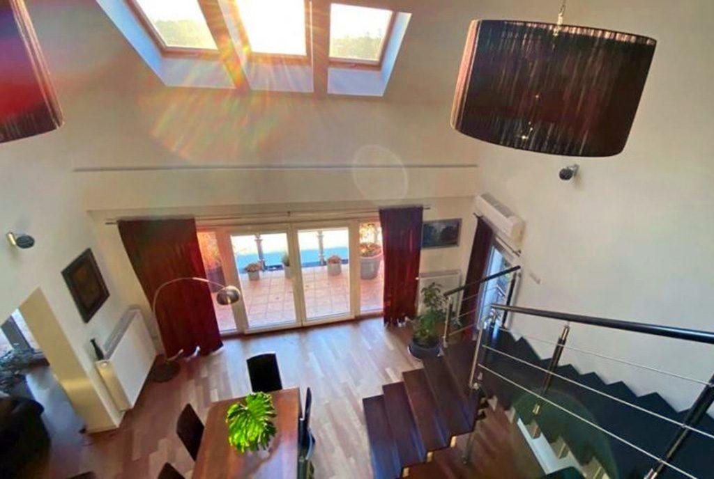 widok z górnej kondygnacji na kameralny salon w ekskluzywnym apartamencie do sprzedaży Katowice