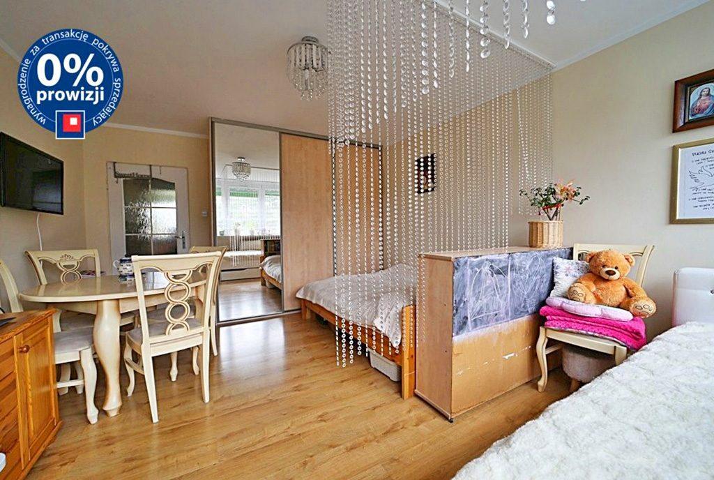 widok z salonu na aneks kuchenny w ekskluzywnym apartamencie do sprzedaży Bolesławiec