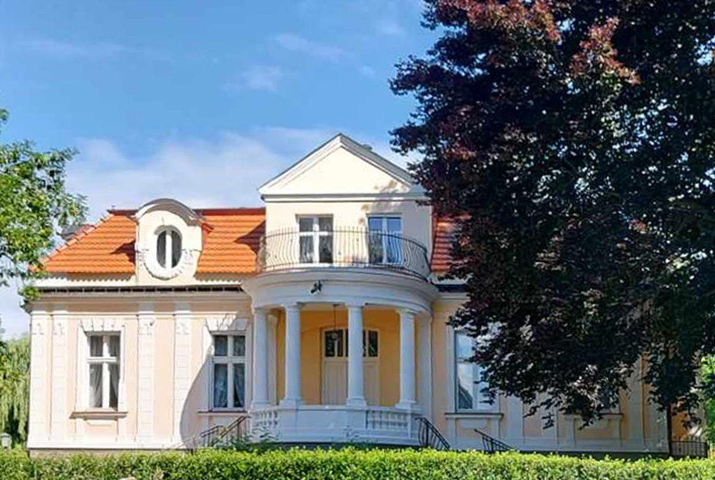 reprezentacyjne wejście z kolumnami do ekskluzywnego pałacu do sprzedaży Gniezno (okolice)
