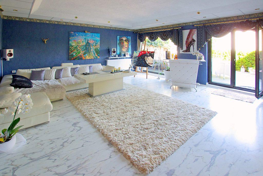 zdjęcie prezentuje komfortowe pomieszczenie w luksusowej willi na sprzedaż Legnica (okolice)