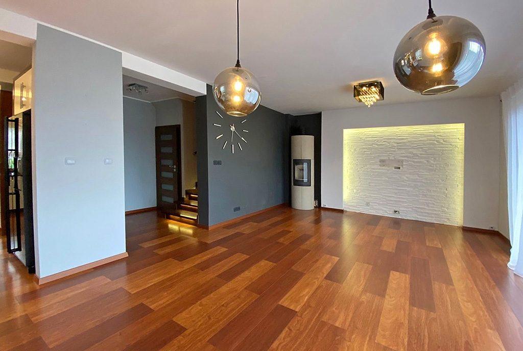 nowocześnie zaaranżowany salon w ekskluzywnej willi do wynajęcia Szczecin (okolice)