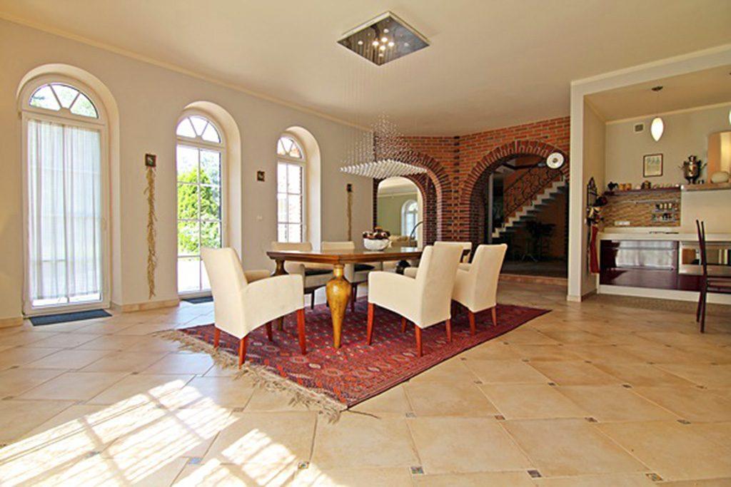 wytworny pokój dzienny w luksusowej willi do sprzedaży Wieluń