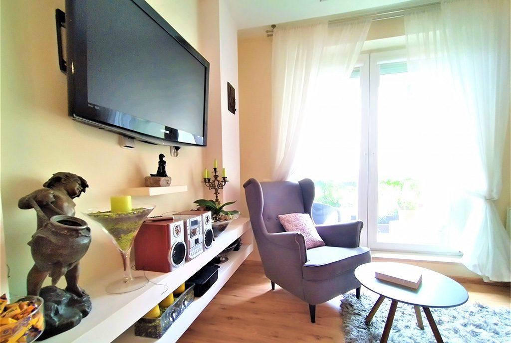 widok na drugą stronę salonu w ekskluzywnym apartamencie na sprzedaż Gdańsk