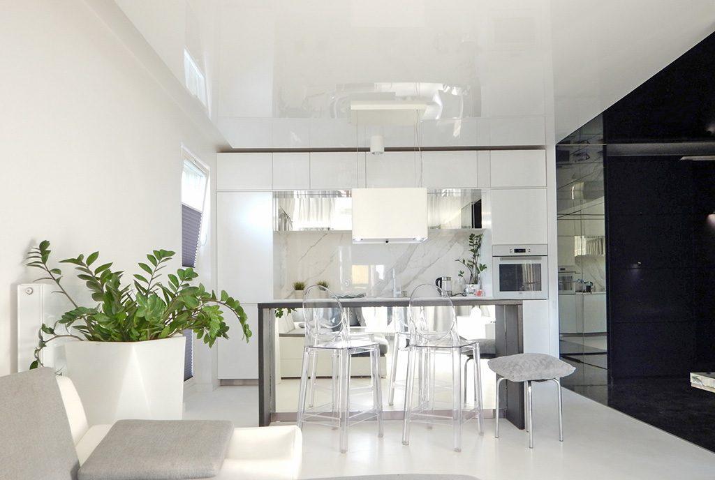 widok z salonu na luksusową kuchnię w ekskluzywnym apartamencie do sprzedaży Szczecin