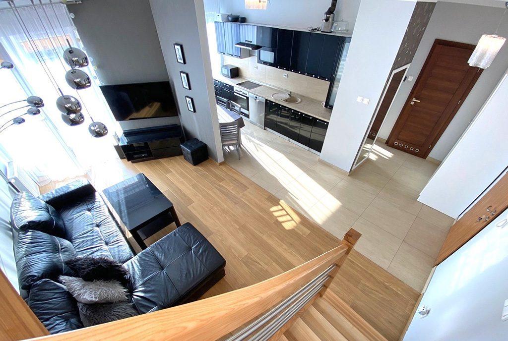 widok z górnego poziomu na ekskluzywny salon w luksusowym apartamencie do sprzedaży Szczecin