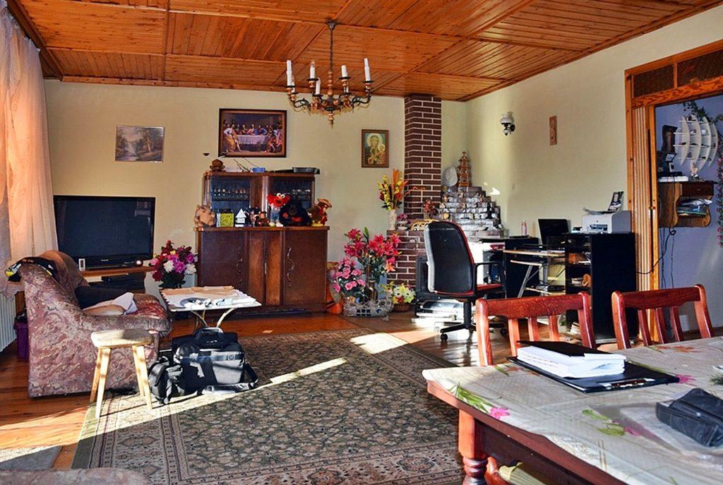widok z innej perspektywy na pokój dzienny w luksusowej willi na sprzedaż Bolesławiec (okolice)