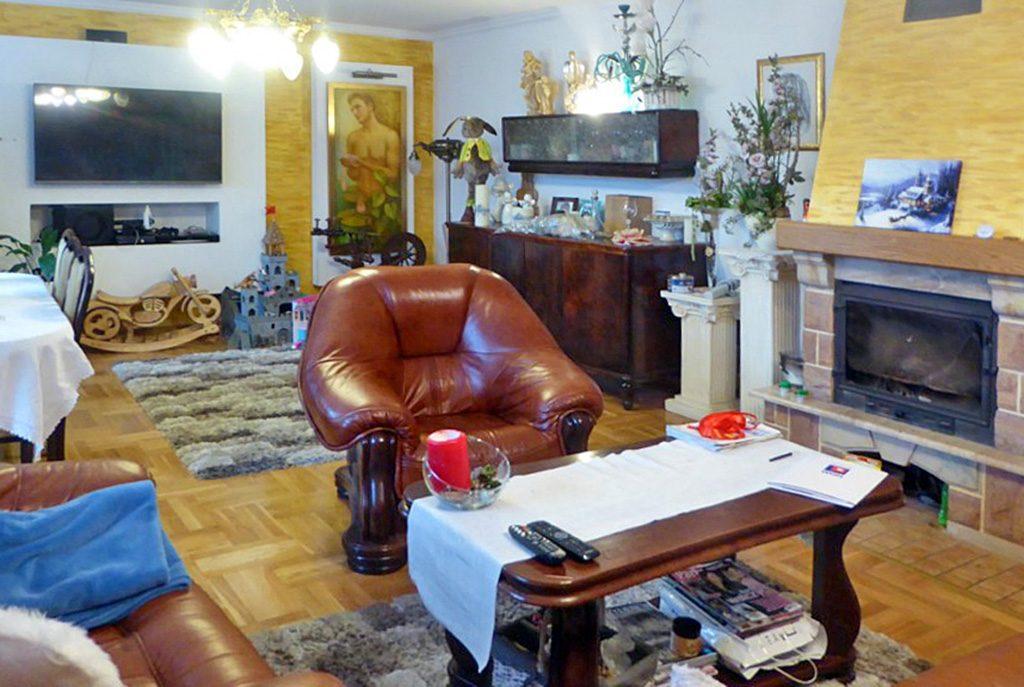 widok na pokój gościnny z kominkiem w luksusowej willi na sprzedaż Piotrków Trybunalski (okolice)