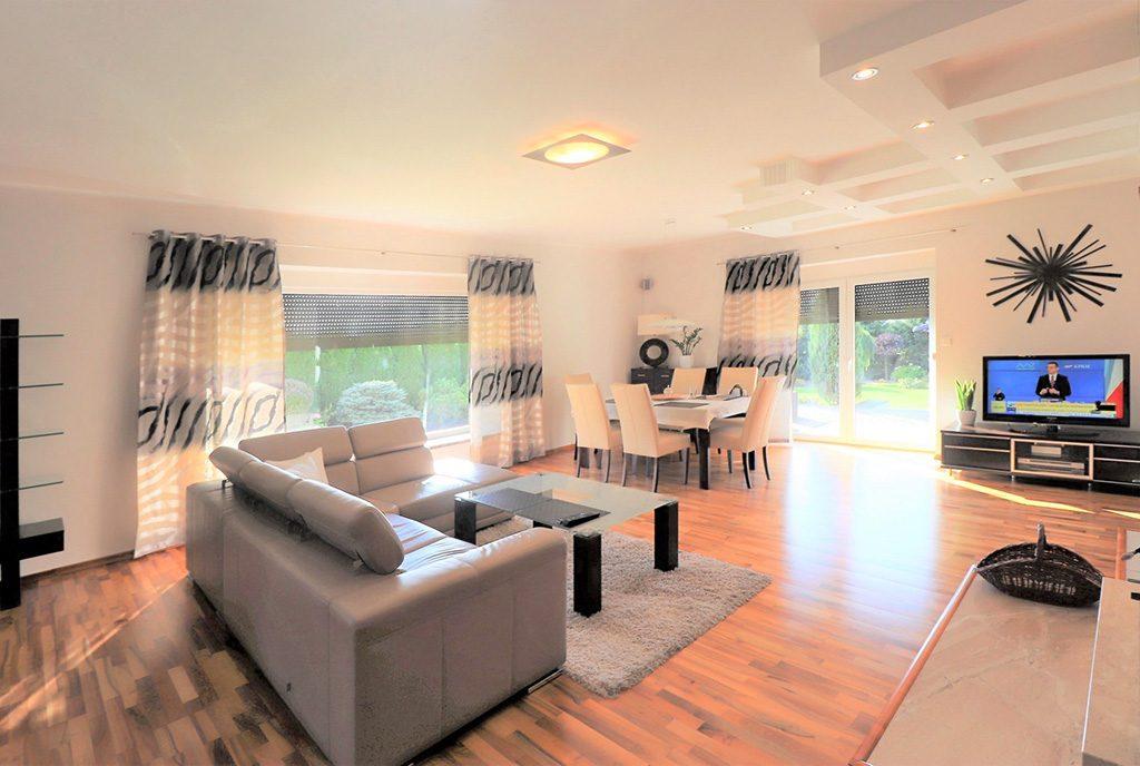 słoneczne wnętrze salonu w ekskluzywnej willi do sprzedaży Cieszyn (okolice)