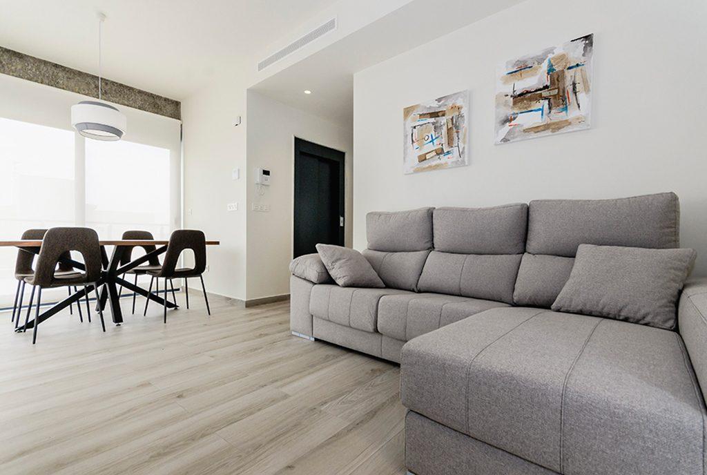 elegancki pokój dzienny w luksusowym apartamencie na sprzedaż Hiszpania (Torre de la Horadada, Alicante)
