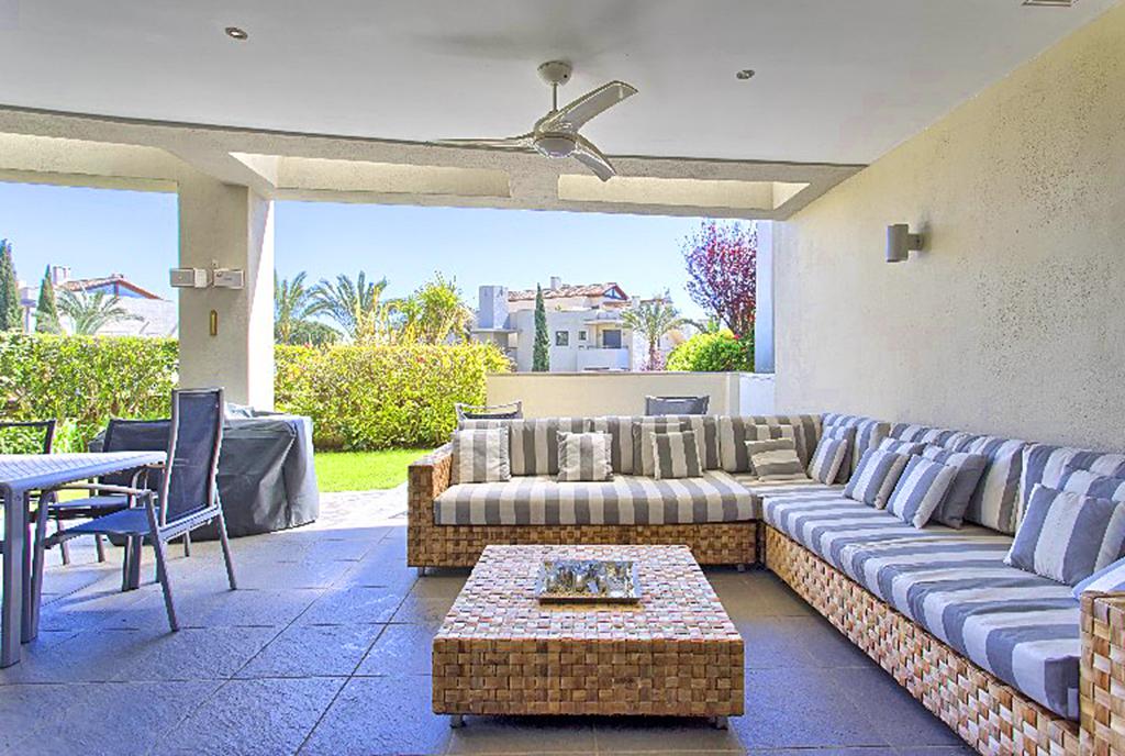 zbliżenie na wytworny pokój dzienny w ekskluzywnym apartamencie do sprzedaży Hiszpania (Costa del Sol, Malaga)