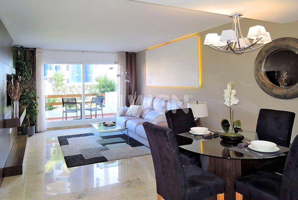 komfortowo urządzony pokój dzienny w ekskluzywnym apartamencie do sprzedaży Hiszpania (Costa Blanca Torrevieja, Punta Prima)
