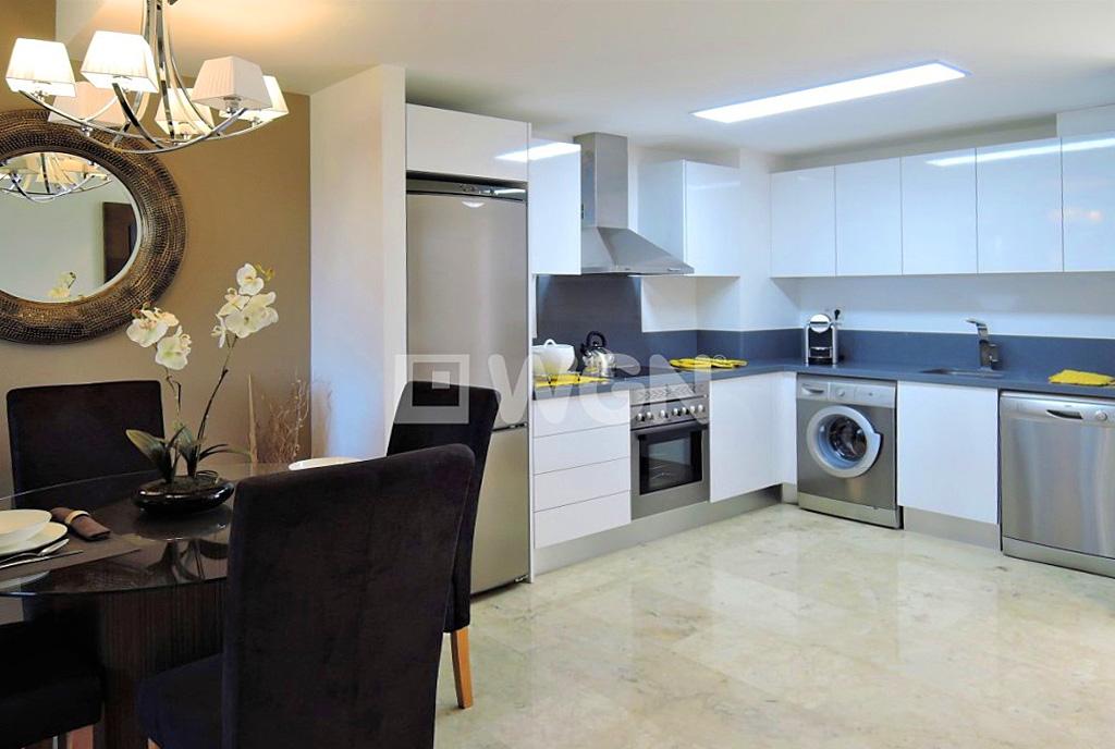 zbliżenie na jadalnię, a także aneks kuchenny w luksusowym apartamencie do sprzedaży Hiszpania (Costa Blanca Torrevieja, Punta Prima)