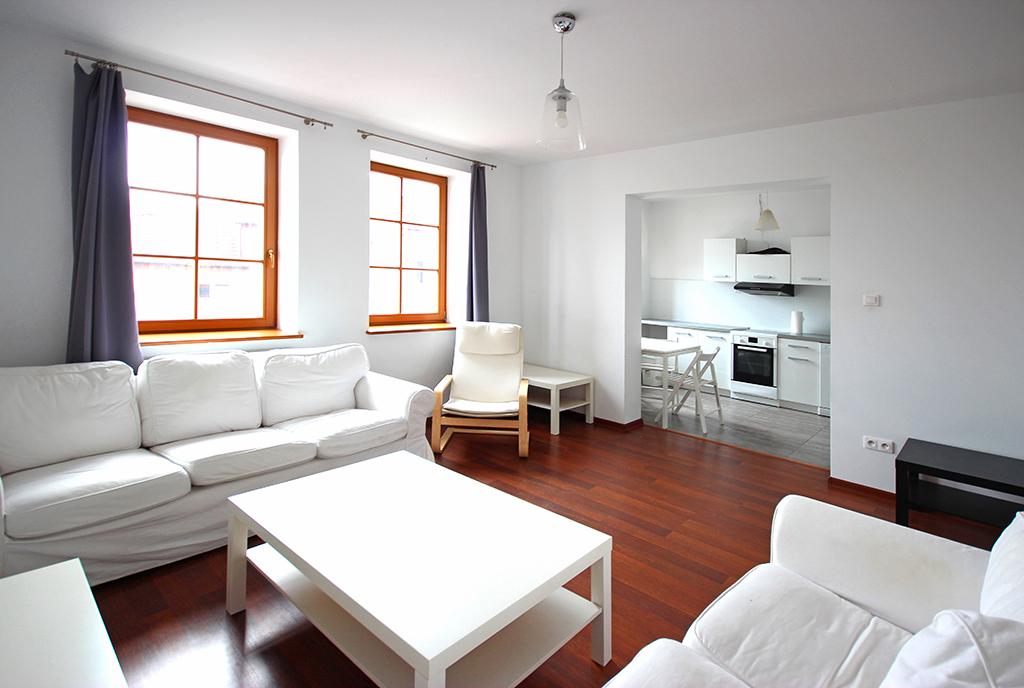 pomalowany na biało pokój dzienny luksusowego apartamentu do wynajmu Szczecin