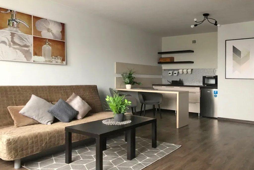 widok z salonu na aneks kuchenny w ekskluzywnym apartamencie do wynajęcia Szczecin