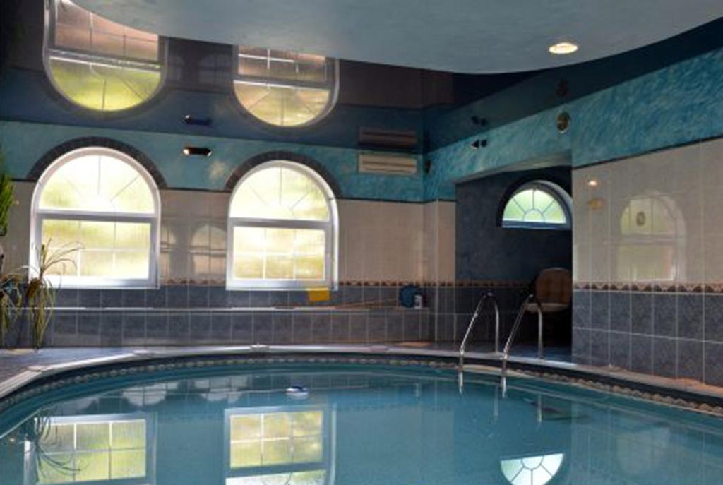 na zdjęciu luksusowy basen przy ekskluzywnej willi do sprzedaży Katowice (okolice)