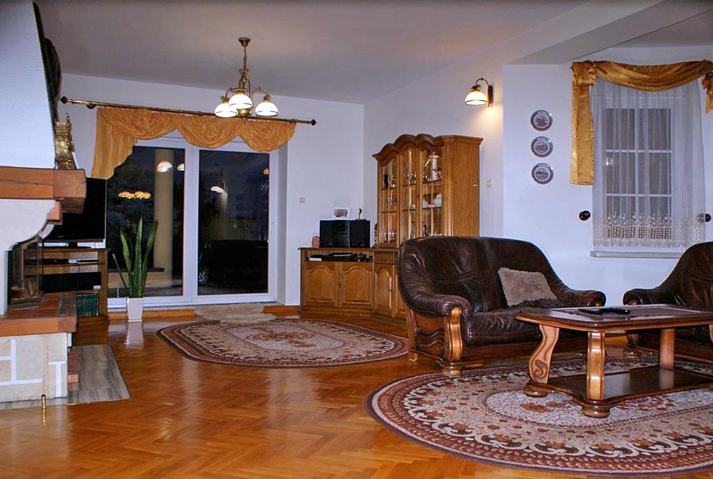 komfortowy pokój dzienny w ekskluzywnej willi na sprzedaż Konin