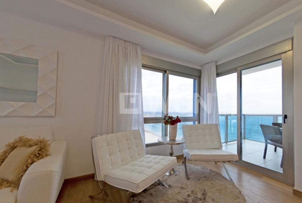 nowoczesny design wnętrza luksusowego salonu w ekskluzywnym apartamencie na sprzedaż Hiszpania