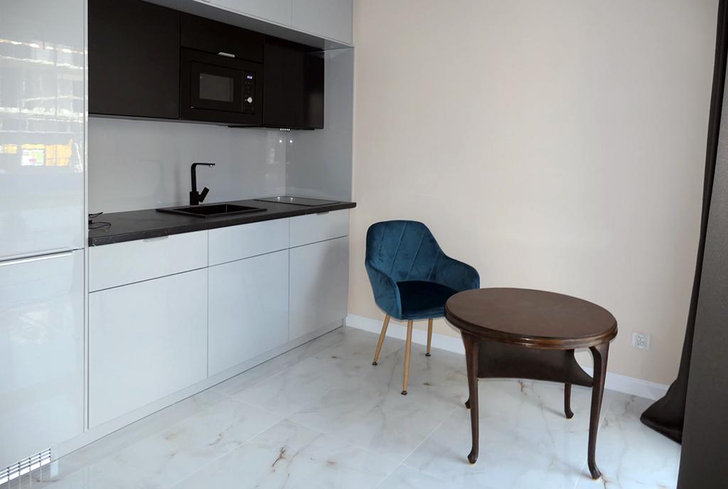widok na aneks kuchenny i jadalnię w ekskluzywnym apartamencie na wynajem Gdańsk