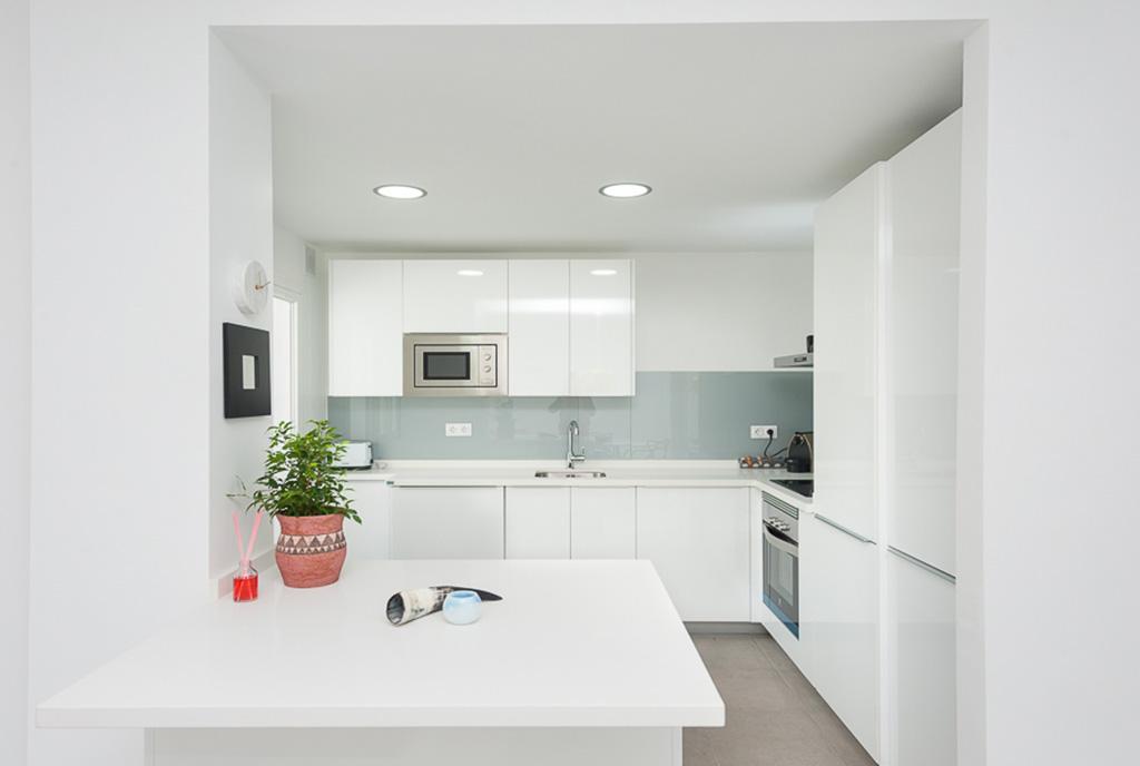 funkcjonalnie zabudowana kuchnia w ekskluzywnym apartamencie do sprzedaży Hiszpania (Costa del Sol, Malaga)