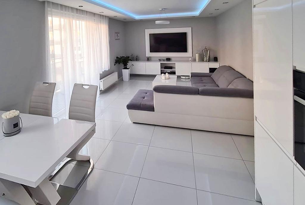 efektowne oświetlenie salonu w luksusowym apartamencie do sprzedaży Szczecin