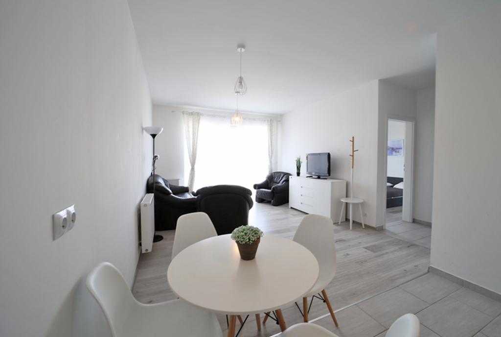 widok z jadalni na wnętrze ekskluzywnego apartamentu do wynajęcia Bolesławiec