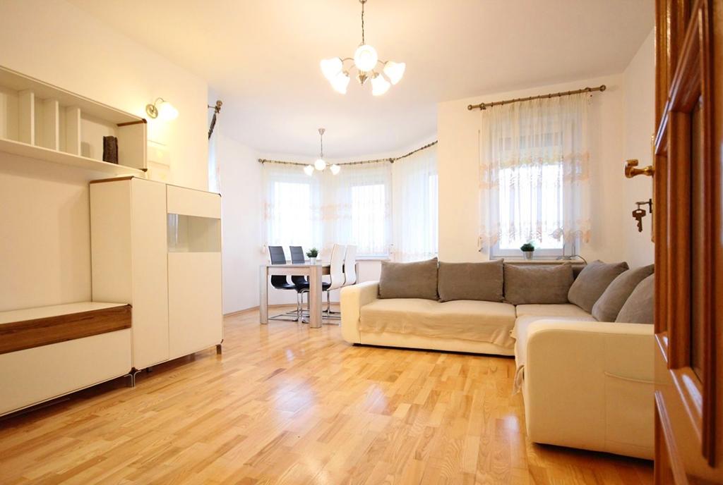 elegancki salon w luksusowym apartamencie do wynajęcia Szczecin (okolice)