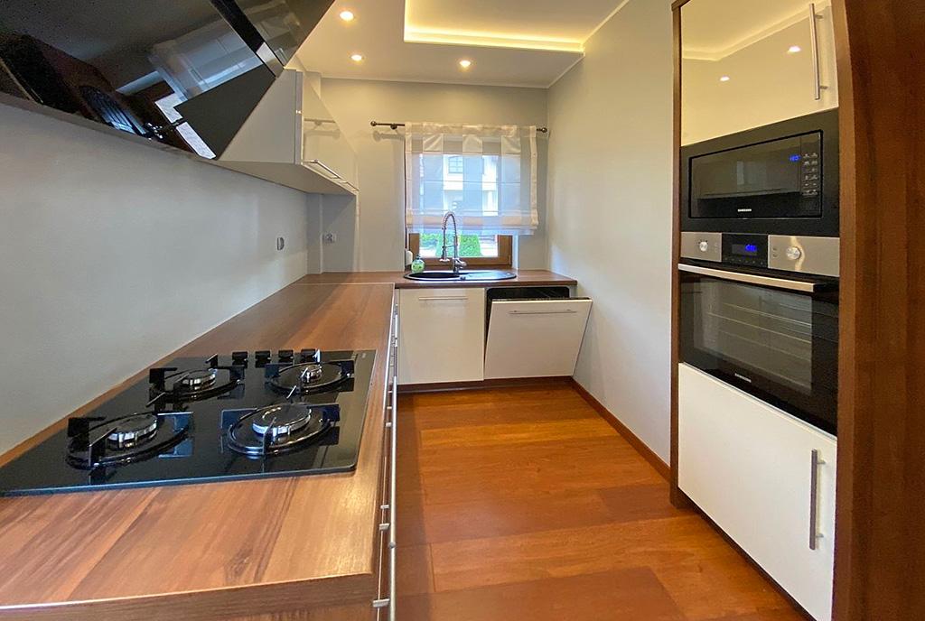 funkcjonalnie zabudowana kuchnia w ekskluzywnej willi na wynajem Szczecin (okolice)