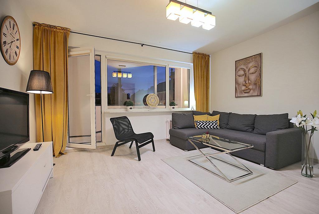 pomysłowo zaaranżowany pokój dzienny w luksusowym apartamencie do wynajmu Szczecin