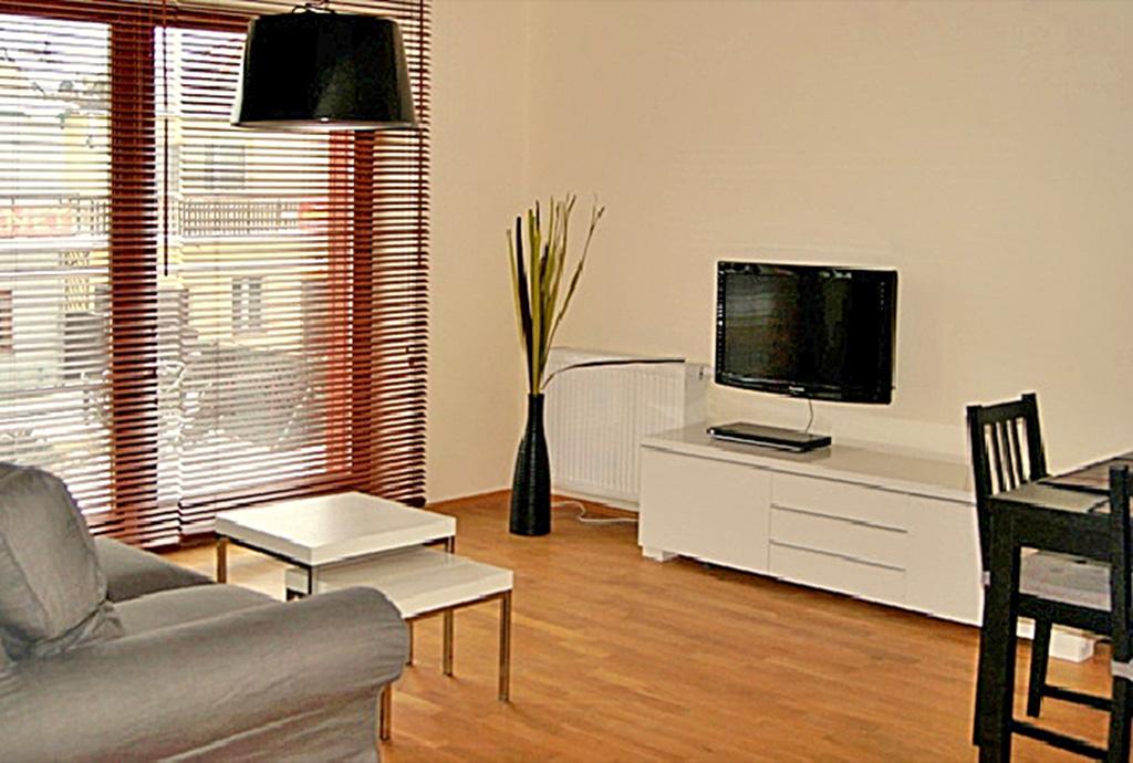 jasne i widne wnętrze ekskluzywnego apartamentu do wynajęcia nad morzem