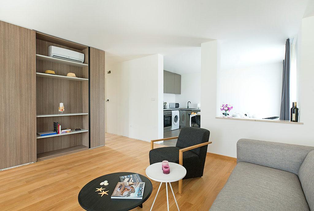 zaprojektowany w nowoczesnym stylu pokój dzienny w ekskluzywnym apartamencie do sprzedaży Chorwacja (Sovlje)